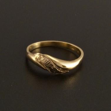 Jednoduchý zlatý prsten s ruční rytinou 31 č.1