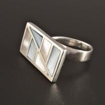 Stříbrný prsten s dvoubarevnou perletí 223