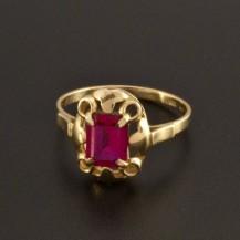 Zlatý prsten s rubínem obdélníkového brusu 931