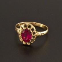 Zlatý prsten s rubínem oválného brusu 932
