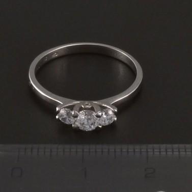 Prsten z bílého lesklého zlata tři zirkony 3526 č.2