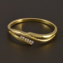 Zlatý jemný prsten se třemi zirkony 4498