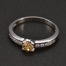 Prsten bílé zlato malý champagne zirkon 6383