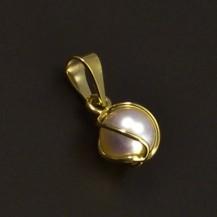 Zlatý přívěsek s bílou perlou 6874