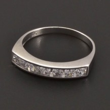 Prsten z bílého zlata se zirkony v řadě 7883