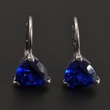 Náušnice s trojúhelníkovým modrým safírem