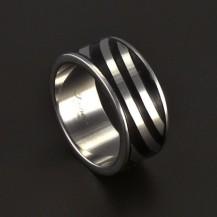 Ocelový prsten s černou ozdobou