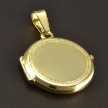 Zlatý medailon s rytinou po obvodu