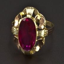 Zlatý prsten s oválným rubínem