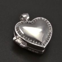 Stříbrný medailon se zirkony po obvodu