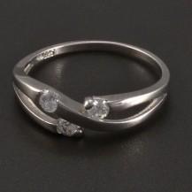 Stříbrný prsten s třemi zirkony