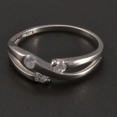 Stříbrný prsten s třemi zirkony č.1